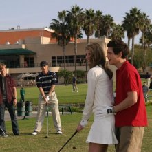 T. Handley aiuta M. Barton sotto lo sguardo di B. McKenzie e C. Carmack in: Sul campo da golf di The O.C.