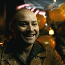 Un sorridente Vicente Romero nel film Carne de neón