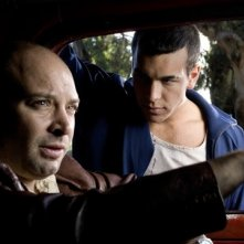 Vicente Romero e Mario Casas in una scena del film Carne de neón