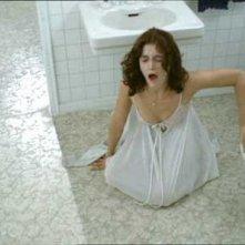 Margot Kidder in una scena del film Le due sorelle