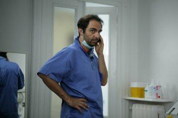 Neri Marcoré in una scena della serie tv Fuoriclasse