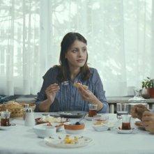 Fatih Al, Günes Sayin, Ilker Aksum in una scena del film Our Grand Despair (Bizim Büyük Çaresizliğimiz)