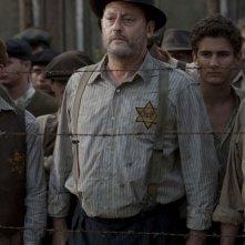 Jean Reno in una scena del film Vento di primavera