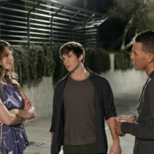 Amelia Rose Blaire, Matt Lanter e Khleo Thomas in una scena dell'episodio I See London, I See France... di 90210