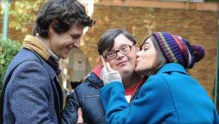 Andrea Bosca e Diane Fleri in una scena tenera del film Febbre da fieno