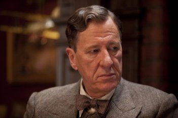 Geoffrey Rush in un primo piano tratto dal film The King's Speech