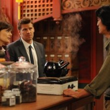 David Boreanaz e Emily Deschanel e Jack Yang nell'episodio The Body in the Bag di Bones