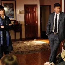 David Boreanaz e Emily Deschanel in una scena dell'episodio The Sin in the Sisterhood di Bones