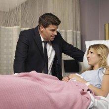 David Boreanaz e Katheryn Winnick nell'episodio The Bones That Weren't di Bones