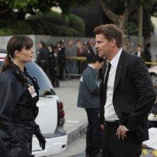 David Boreanaz ed Emily Deschanel nell'episodio The Bullet in the Brain di Bones