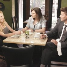 David Boreanaz, Emily Deschanel e Katheryn Winnick in una scena dell'episodio The Couple in the Cave di Bones