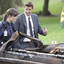 Emily Deschanel e David Boreanaz in un momento dell'episodio The Twisted Bones in the Melted Truck di Bones