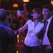 Emily Deschanel e David Boreanaz in una scena dell'episodio The Maggots in the Meathead di Bones