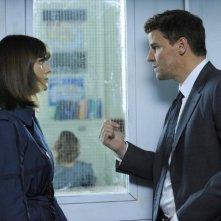 Emily Deschanel e David Boreanaz in una scena dell'episodio The Twisted Bones in the Melted Truck di Bones