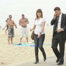 Emily Deschanel e David Boreanaz nell'episodio The Maggots in the Meathead di Bones