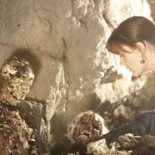 Emily Deschanel nell'episodio The Couple in the Cave di Bones