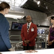 Emily Deschanel, Tamara Taylor e David Alan Grier in una scena dell'episodio The Body and the Bounty di Bones