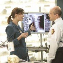 Enrico Colantoni ed Emily Deschanel in una scena dell'episodio The Doctor in the Photo di Bones