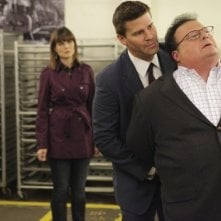 Frederick Koehler, Emily Deschanel e David Boreanaz in una scena dell'episodio The Babe in the Bar di Bones