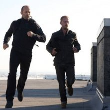 Jason Statham e Ben Foster in una scena di The Mechanic