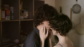 Miranda July con Hamish Linklater in una scena di The Future