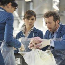 T.J. Thyne, Emily Deschanel e Tamara Taylor nell'episodio The Shallow in the Deep di Bones