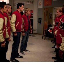 Cory Monteith, Mark Salling, Harry Shum Jr. e Chord Overstreet in una scena dell'episodio del Super Bowl di Glee