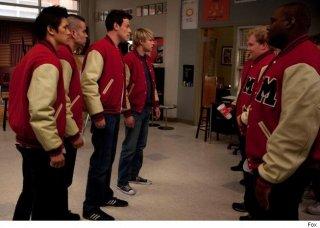 Cory Monteith, Mark Salling, Harry Shum Jr. e Chord Overstreet in una scena dell'episodio del Super Bowl di Glee