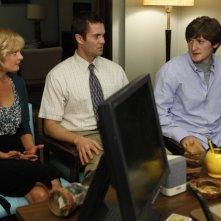 Garret Dillahunt, Martha Plimpton e Lucas Neff in una scena dell'episodio Blue Dots di Raising Hope