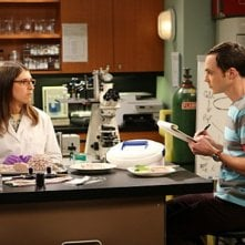 Jim Parsons e Mayim Bialik nell'episodio The Alien Parasite Hypothesis di The Big Bang Theory