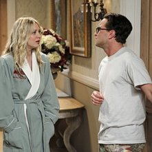 Kaley Cuoco e Johnny Galecki nell'episodio The Love Car Displacement di The Big Bang Theory