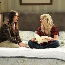 Kaley Cuoco e Mayim Bialik nell'episodio The Love Car Displacement di The Big Bang Theory