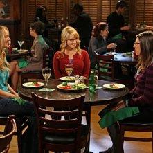Kaley Cuoco, Melissa Rauch e Mayim Bialik in una scena dell'episodio The Alien Parasite Hypothesis di The Big Bang Theory