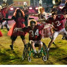 Kevin McHale in una scena dell'episodio del Super Bowl di Glee