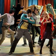 Kunal Nayyar e Melissa Rauch in un momento dell'episodio The Thespian Catalyst di The Big Bang Theory