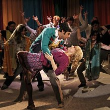 Kunal Nayyar e Melissa Rauch in una scena dell'episodio The Thespian Catalyst di The Big Bang Theory