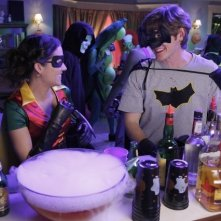 Lucas Neff e Shannon Woodward in un momento dell'episodio Happy Halloween di Raising Hope