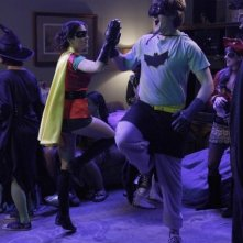 Lucas Neff e Shannon Woodward in una scena dell'episodio Happy Halloween di Raising Hope
