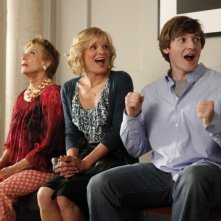 Lucas Neff, Martha Plimpton e Cloris Leachman nell'episodio Blue Dots di Raising Hope