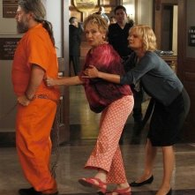 Martha Plimpton e Cloris Leachman nell'episodio Blue Dots di Raising Hope