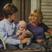 Martha Plimpton e Lucas Neff nell'episodio Family Secrets di Raising Hope