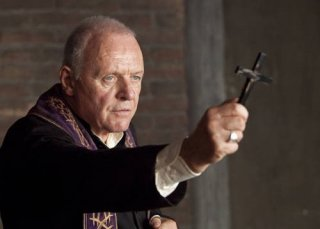 Anthony Hopkins indossa le vesti di un prete nel film The Rite