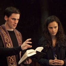 Colin O'Donoghue e Alice Braga nel film The Rite