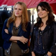 Bethany Joy Galeotti e Shiri Appleby nell'episodio Music Faced di Life UneXpected