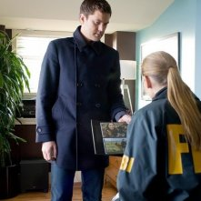 Joshua Jackson ed Anna Torv nell'episodio Concentrate and Ask Again di Fringe