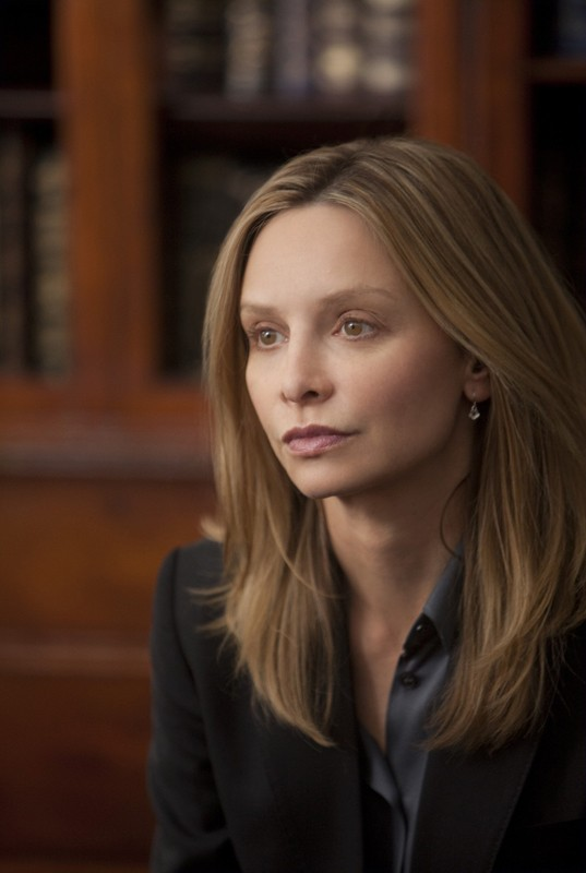 Un primo piano di Kitty (Calista Flockhart) nell'episodio Scandalized di Brothers & Sisters