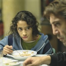 Uxbal (Javier Bardem) con Ana (Hanaa Bouchaib) in Biutiful