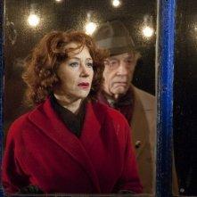 Helen Mirren e John Hurt (alle spalle) nel film Brighton Rock