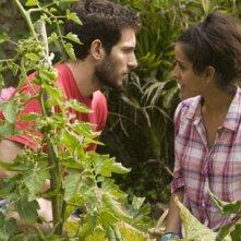 Quim Gutiérrez con Inma Cuesta in una scena del film Primos