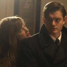 Sam Riley con Andrea Riseborough nel film Brighton Rock